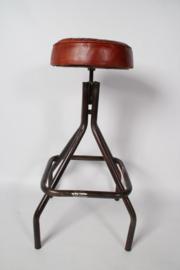 Stoere industriele metalen barkruk kruk zithoogte 71 - 77 cm leren zitting industrieel stoer landelijk bruin cognac