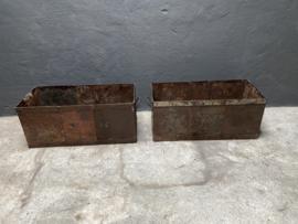 Stoere oude gerecycled metalen bak plantenbak lectuurbak planter metaal grijs bruin landelijk stoer industrieel vintage  71 x 33 x 30 cm