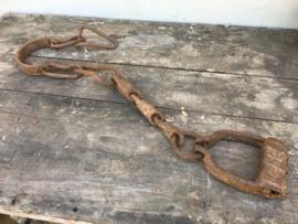 Orginele oude metalen stijgbeugel riem ketting kameel metaal vintage industrieel landelijk
