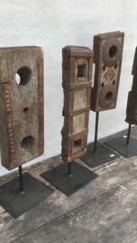 Oud ornament op statief pin standaard decoratief landelijk stoer industrieel hout metaal urban