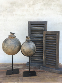 Oude grijze stenen kruik pot in standaard voet stoer grijs landelijk
