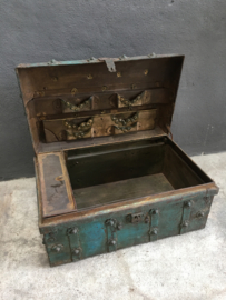 Oude metalen turkoise turquoise trukooise koffer oosters landelijk stoer sober