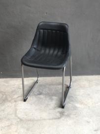 Zwarte leren kuipstoel kuipstoeltje kuipstoeltjes kuipstoelen stoel stoeltje stoelen stoeltjes zwart leer metalen frame landelijk stoer industrieel