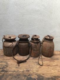 Oude houten Nepal pot kruik met deksel en grof jute touw landelijk stoer