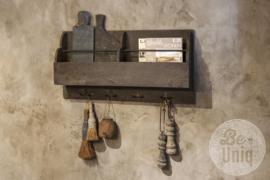 Oud vergrijsd houten wandrek schap wandkapstok kapstok regale wandkast wandkastje wandplank console landelijk urban industrieel hout haken