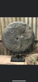 Prachtig groot handgekapte hardstenen ronde steen grijs grinder wiel in voet raamdecoratie landelijk stoer industrieel