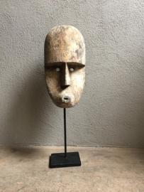 Prachtig houten masker op statief standaard hout kop hoofd landelijk stoer robuust industriële zwart metalen voet