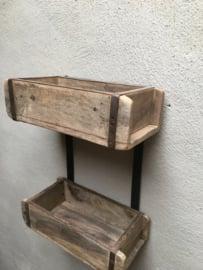 Stoer oud houten Wandrek schap hangkastje brickmal wandkastje Baksteenmal baksteenmallen rek landelijk stoer hout metalen beslag industrieel vintage urban