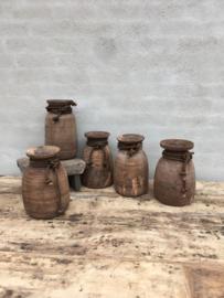 Stoere oude houten pot Nepal met grof jute touw landelijk vintage robuust