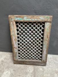 Prachtig oud houten kozijn met metalen rooster venster landelijk kleur vintage India wandpaneel