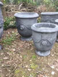 Grote massief betonnen tuinpot tuinvaas beton grijs smal klein petit mega pot bloempot vaas bak tuin buiten out door landelijk stoer robuust