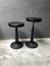 Stoere zwarte kruk barkruk counter industriële metalen voet zwart leren zitting landelijk stoer industrieel vintage rond