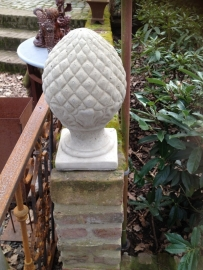 Grote betonnen grape pineapple ornament op voet beton eikel artisjok artisjokken denneappel dennenappel landelijk stoer beton beeld