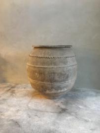 Prachtige grote oude (antieke?) stenen pot kruik bak vergrijsd grijs beige olijfpot olijfkruik landelijk sober mat poederachtig groot