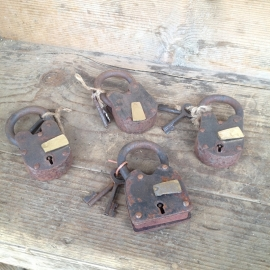 Oude metalen sloten hangslot oud slot slotje met sleuteltjes werkend
