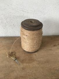 Oude houten doorleefde klos katrol brocant spoel doorleefd geleefd klosje garen met schaartje