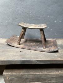 Stoere oude vergrijsd houten kruk krukje schommelstoel voetenbankje landelijk grijs hout landelijk