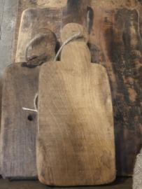 Kleine houten broodplankjes plank plankje aan grof jute koord touw landelijk stoer