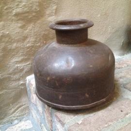 Oude ijzeren waterkruik pot kruik vaas metaal industrieel landelijk vintage etnisch