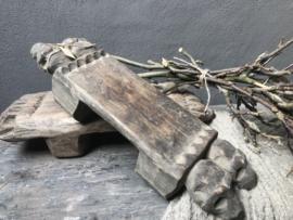 Vergrijsd oud houten opstapje offerplank offertafeltje landelijk stoer Tribal table