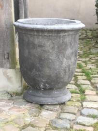 Stoere grote betonnen pot tuinvaas strak rustig model bak bloembak tuinornament grijs beton