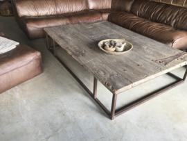 Mega grote stoere oude vergrijsd houten salontafel 200 x 133 cm gemaakt van oude deur metalen beslag en stalen onderstel stoer landelijk industrieel