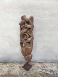 Oud vergrijsd houten ornament op pin voet standaard bracket wood wooden hout oosters landelijk houtsnijwerk