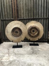 Oud groot houten karrenwiel karrewiel op voet landelijk stoer vintage