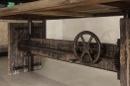 Stoere zware industriele houten tafel bar werktafel eettafel in hoogte verstelbare bartafel countertafel landelijk vintage met metalen wiel en details 220 x 100 cm