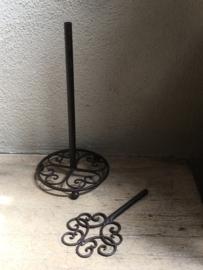 Bruine gietijzeren keukenrolhouder landelijk brocant staand toiletrolhouder