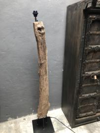 Stoere oude vergrijsd houten lampevoet vloerlamp staande lamp landelijk stoer stronk boomstam