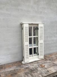Stoere oude houten spiegel stalraam luikjes Louvre wit whitewash white-off stalraamspiegel landelijk old look oude look doorgeschuurd oud hout metaal venster kozijn