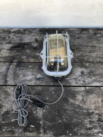 Originele oude grijze industriële scheepslamp fabriekslamp wandlamp stallamp industrieel vintage landelijk doorleefd sleets