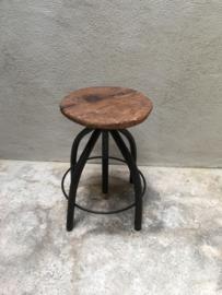 Oud krukje kruk landelijk industrieel metaal hout stoer vintage rond in hoogte verstelbaar