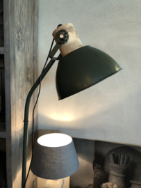 Industriële metalen vloerlamp staande lamp met houten details landelijk stoer khaki legergroen Army bruin naturel hout