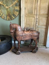 Mega Groot houten paard horse op wieltjes beeld eye-catcher stoer landelijk vintage tuinbeeld ornament