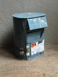 Oude metalen brievenbus met slot postbus vintage landelijk industrieel