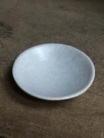 Rond wit (soms met lichtgrijze/beige nerf/aders) stenen schaaltje zeepbakje hardsteen landelijk stoer sober grijs beige marmer ruw