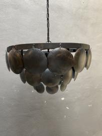 Stoere ijzeren lamp 60 cm schijfjes oud zwart lamp hanglamp schelpen schelpjes landelijk stoer industrieel
