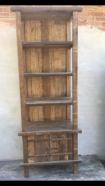 Stoer robuust oud houten kast hoge smalle rek schap boekenkast met 2 deurtjes en metaal beslag metalen details landelijk industrieel keukenkast