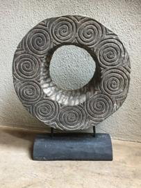 Groot oud vergrijsd houten ornament spinnewiel waaier op voet spinnenwiel wiel op statief standaard eye-catcher raamdecoratie landelijk stoer grijs