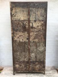 Grote oude metalen locker lockerkast ordners boekenkast archiefkast urban kantoor stoer metaal grijsbruin industrieel landelijk urban 2 deuren legplanken