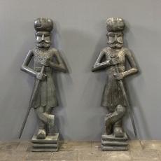 Prachtige grote set van 2 handgemaakte houten beeld beelden torso buste soldaat man bewaking bewakers beveiliging wachter deurwachters entree welkomst poortwachter grijs 120 cm