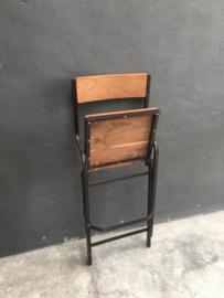 Industriele landelijke kruk barkruk bruin metalen frame met houten zitting en rugleuning met voetsteun inklapbaar barhoogte hoog stoer industrieel vintage metaal grijs bruin