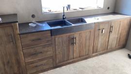 Stoer vergrijsd houten keukenblok keuken XL met hoge kast keukentje (buiten)keuken oud Elmwood met hardstenen blad en dubbele wasbak landelijk stoer grijs