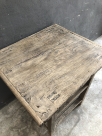 Stoere robuuste vergrijsd houten tafel kookeiland robuust met dubbele werkeiland keukenelement onderplank legplanken landelijk keukenelement stoer winkeltafel presentatietafel kast sidetable vergrijsd oud hout haktafel wastafel 84 x 84 x H75 cm