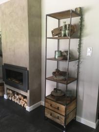 Stoere hoge smalle metalen kast met 2 lades industrieel oude houten kast landelijk robuust keukenkast vintage boekenkast schap rek grof stoer hout