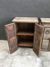 Oude vergrijsd houten nachtkastjes nachtkastje toilet badkamer wandkastje kastje kast halkastje wandmeubel stoer robuust landelijk industrieel metalen beslag