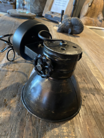 Industriële oud gerecycled metalen spotje hanglamp wandlamp 1 zwarte zwart kap spot spots zwarte binnenkant plafondlamp plafoniere metaal verstelbaar landelijk stoer vintage