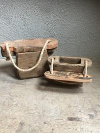Oude houten oliepot doorleefd vergrijsd hout oliepotje pot potje aan grof jute touw landelijk stoer